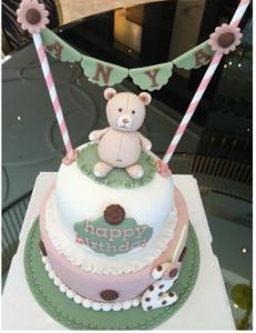 呢隻熊叫DODO,係阿女至愛,供圖就可以做到個咁靚嘅兩層蛋糕!