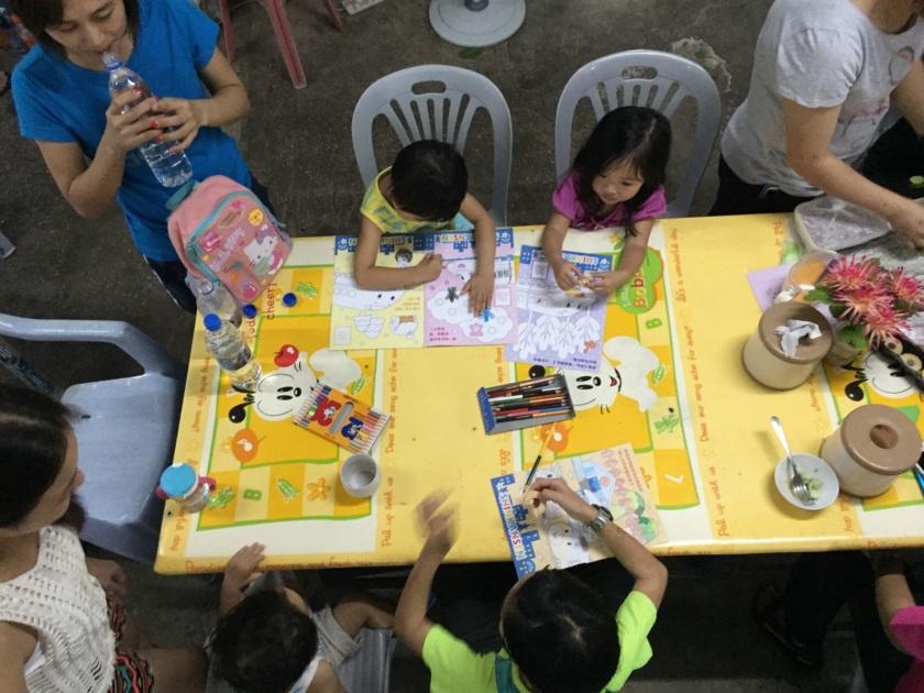 今次「旅行團」有很多小朋友,大家年紀相若,有好好人媽咪更自組小Playgroup,與她們一起畫畫睇圖書~