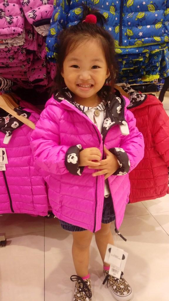 Minimum 2號親身示範Shocking Pink夾棉褸,110碼大左少少,但可蓋過patpat,仲保暖!$399