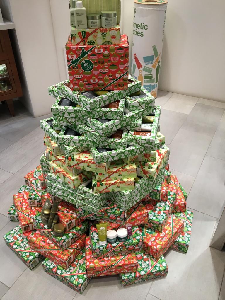 為響應Give A World A good Cheer主題。,Origins各款聖誕禮物盒和包裝紙,均以100% 由森林監管委員(Forest Stewardship Council)認可的循環再造物料製造,連包裝物料亦可循環再用。此外,產品的製造過程中,亦採用可再生資源及風力發電,以保護地球的珍貴資源。